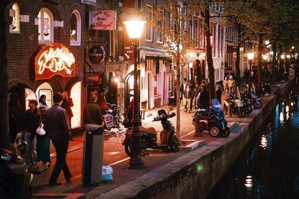 Red Light District & Coffee Shops: Small Group Guided Walking