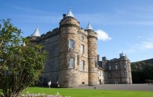 Treasures of Old Town Walking Tour with Holyrood House Upgrade
