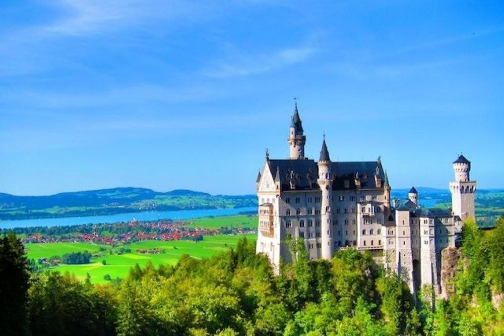 Summer Neuschwanstein Castle Tour by Bus with Bike Ride